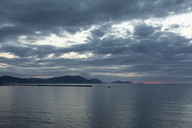 Mar inmóvil en la hora azul