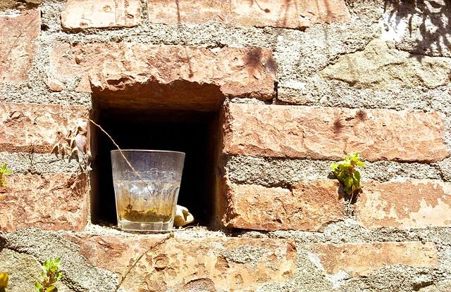 Bicchiere abbandonato al sole