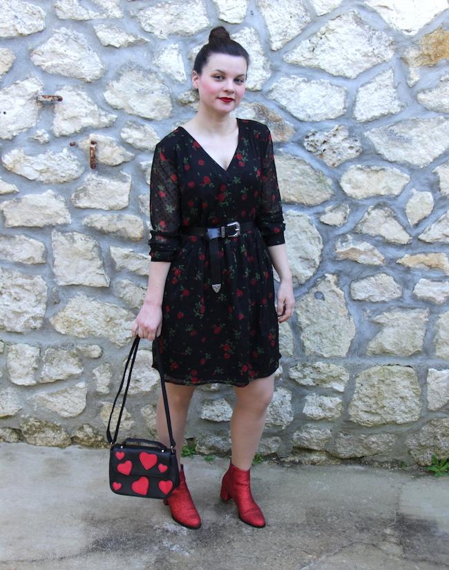 Look robe noire à fleurs rouges et bottines rouges à paillettes