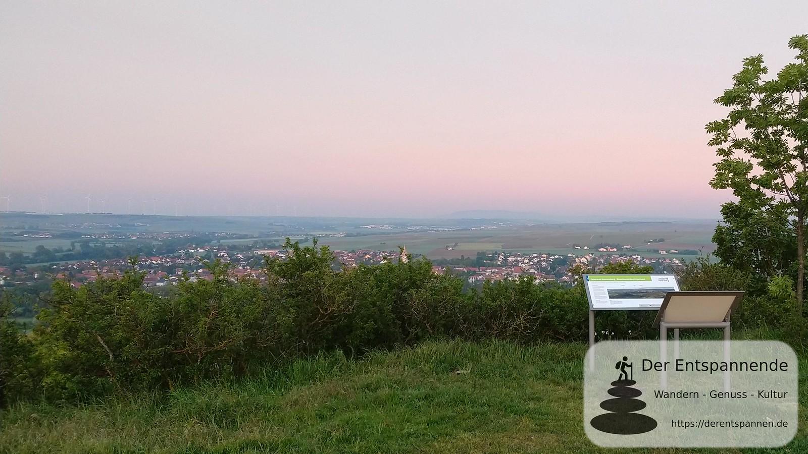 Blick auf Gau-Odernheim und Donnersberg vom Petersberg (Rheinhessen)