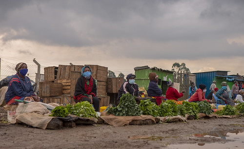 SOCIAL DISTANCING IN THE MARKET | by World Bank Photo Collection