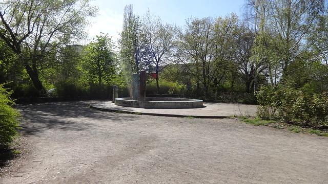 1984 Berlin-O. Tanz der Jugend Brunnen von Wolfgang Weber Keramik/Kunststein Pekrun-/Fichtelbergstraße Quartier Geißenweide in 12685 Marzahn