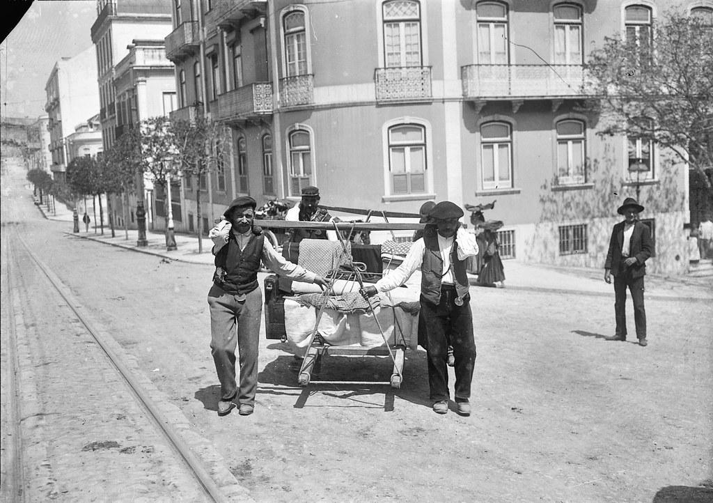 Moços de frete galegos com padiola, Lisboa (J. Benoliel, 1908)