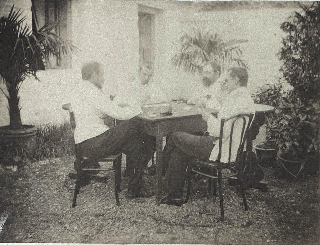 1898. Китай, г. Талиенван. Вист в саду. Август