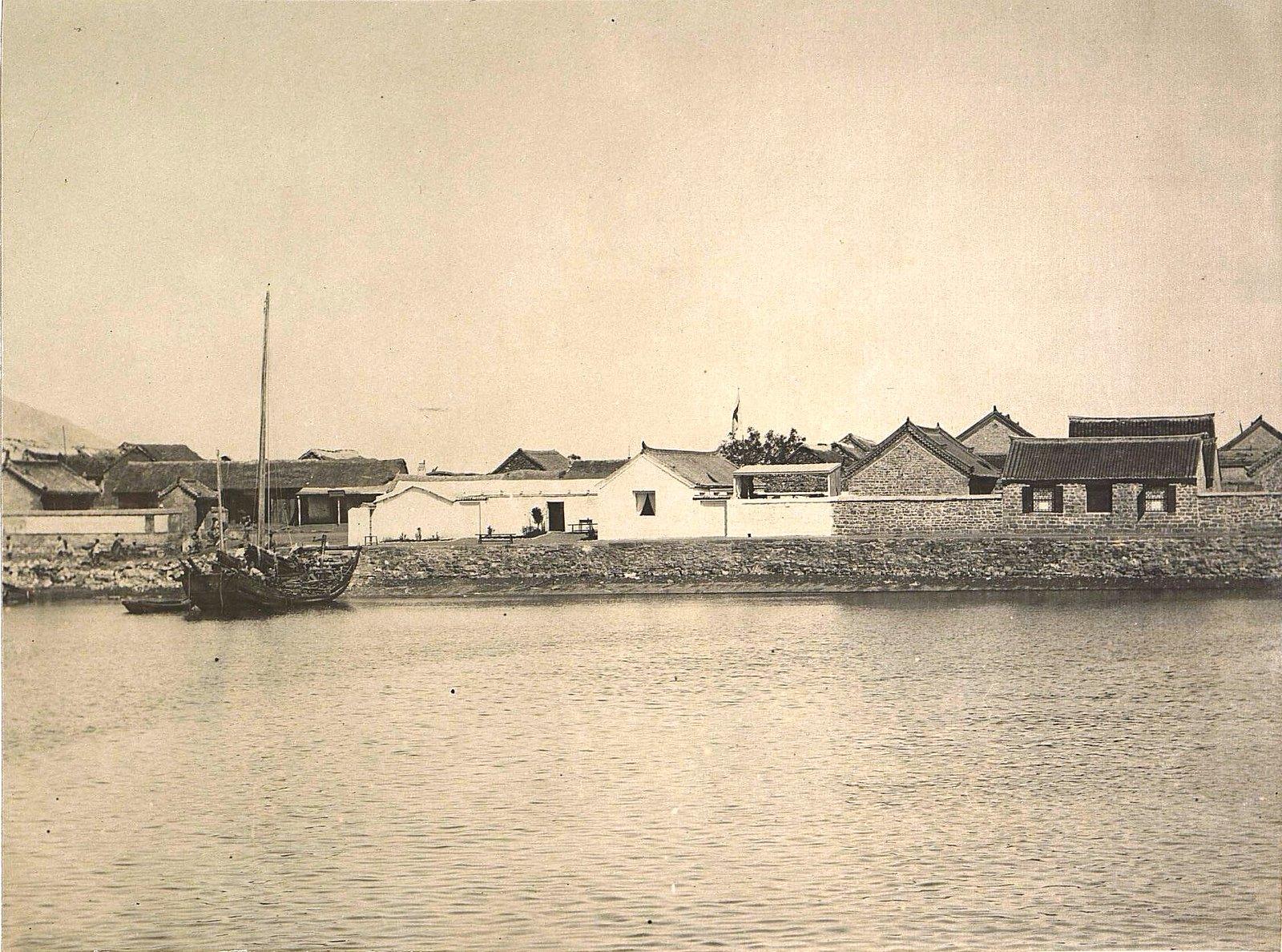 1898. Китай, г. Талиенван. Вид с бухты на Талиенванское морское собрание