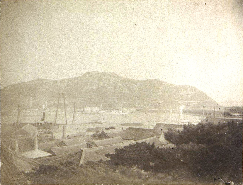 1898. Вид на бассейн Порт-Артура и Золотую гору, снятый из здания штаба. Июнь