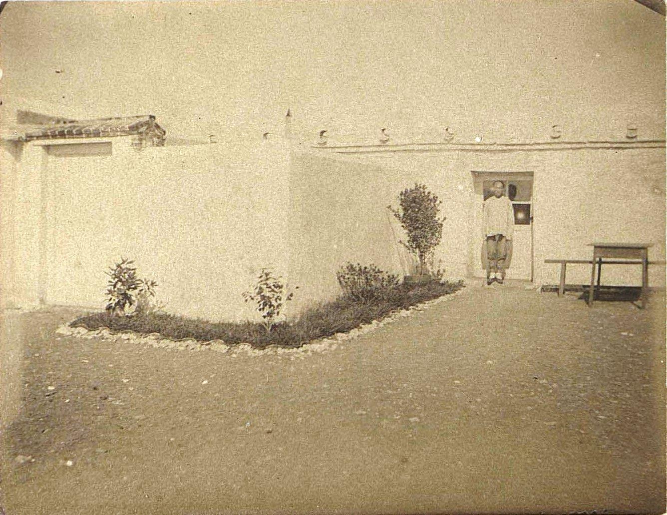 1898. Китай, г. Талиенван. «Ванька» (китаец) в Талиенванском морском собрании. Август