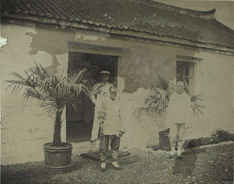 1898. Китай, г. Талиенван. Азарьев Владимир, русский офицер, и китайцы, слуги в Талиенванском морском собрании. Август