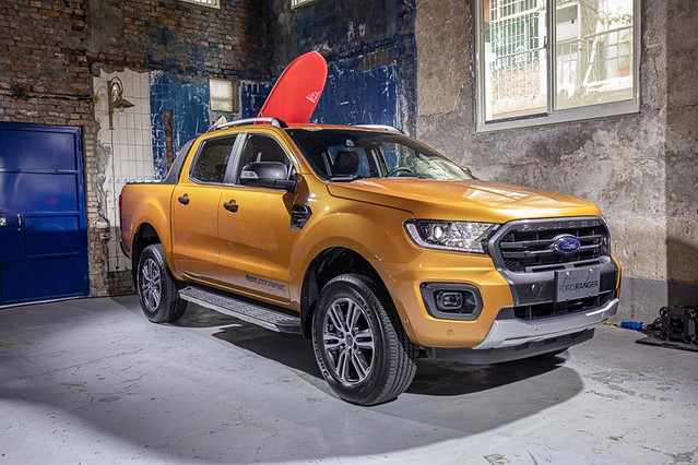 【圖五】專業玩家首選New Ford Ranger運動型,升級方型投射式LED頭燈與全新式樣的Wildtrak專屬18吋鋁合金輪圈