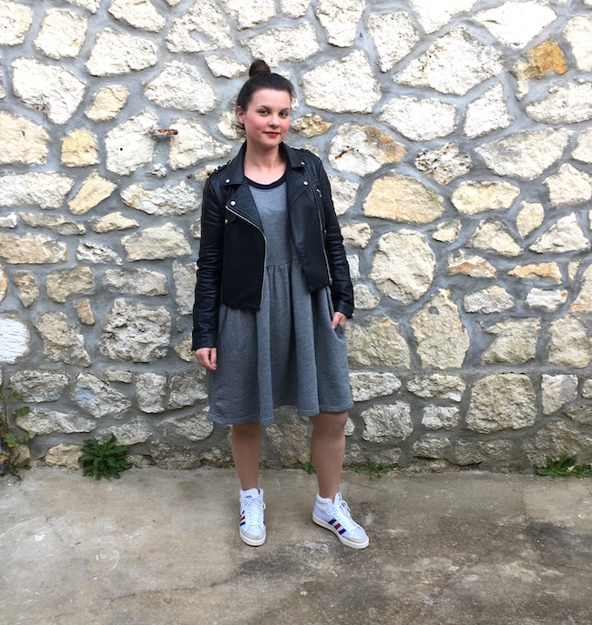 Look perfecto, robe sweat et baskets Adidas