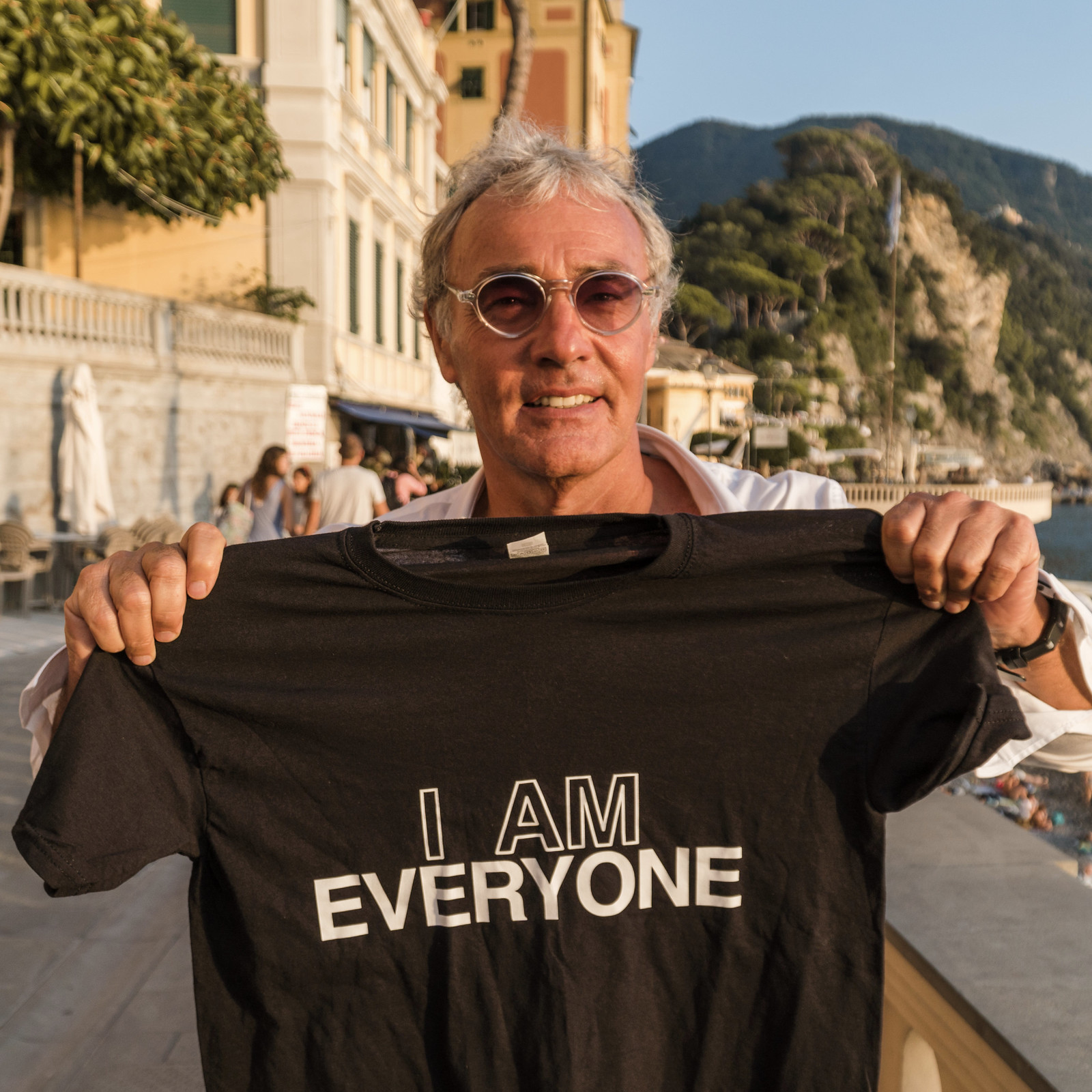 a photo of Massimo Giletti holding Everyone's shirt