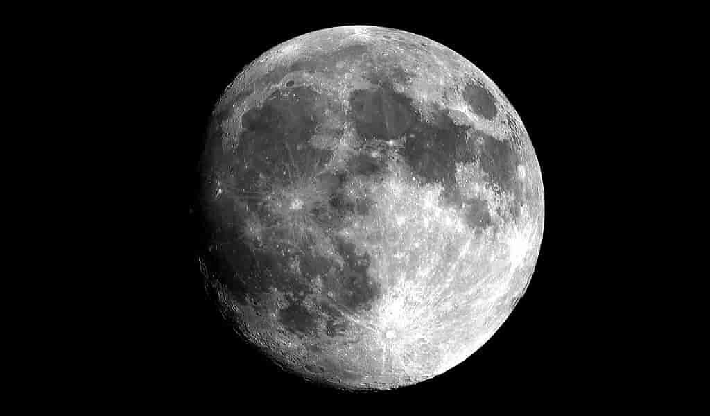 la-lune-émet-du-carbone-ce-qui-remet-en-question-sa-formation