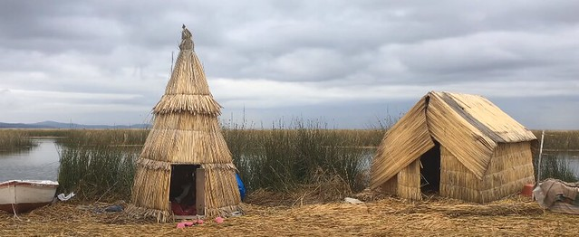 Isla de totora de los uros en el Lago Titicaca de Perú