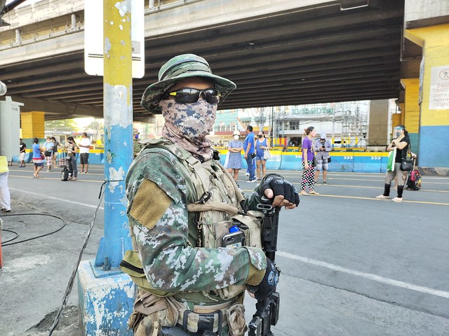 Military officials secure quarantine checkpoints, Manila