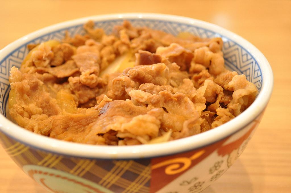 金肉人最愛吃的牛丼,與《金肉人》作者的恩怨情仇史:無情、欺騙、冷漠的紅牛頭碗公