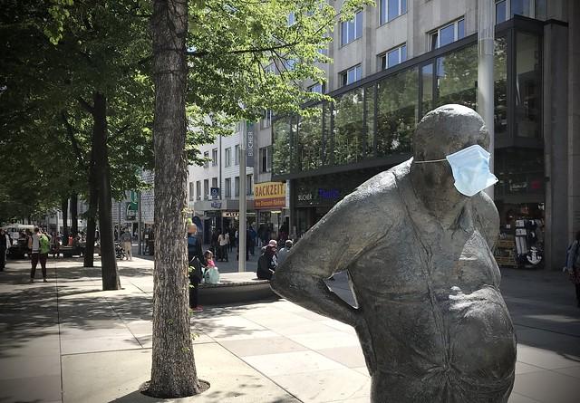 Safety first... - auch für den 'Dicken' - even for the sculpture