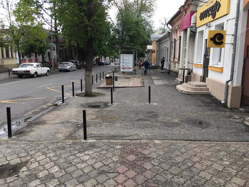 Pilonii instalați în mijlocul trotuarelor de pe strada Pușkin pot deveni un pericol pentru pietoni