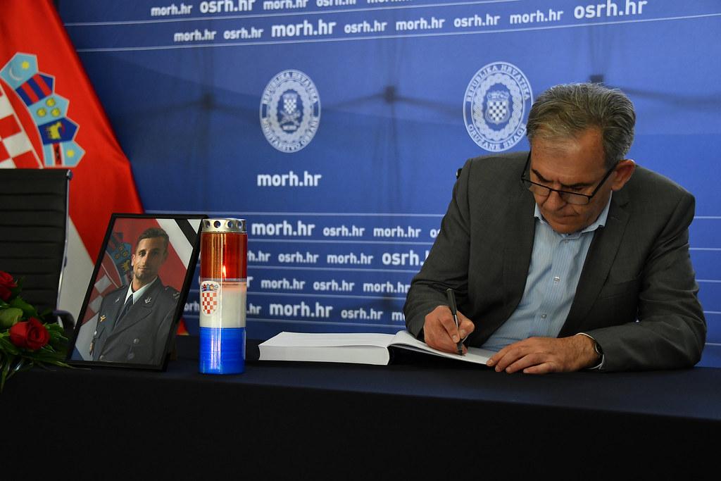 Ministar Krstičević i načelnik GS OSRH Hranj upisali se u Knjigu žalosti
