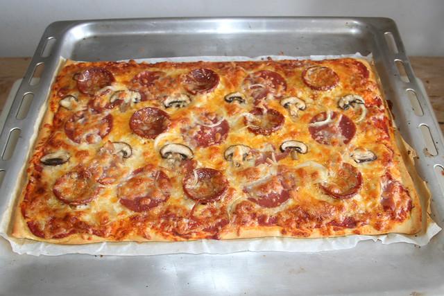 07 - Homemade Pizza - Finished baking / Hausgemachte Pizza - Fertig-gebacken