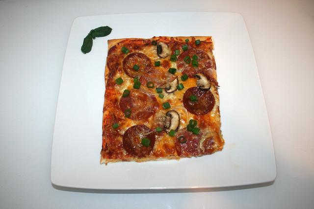 08 - Homemade Pizza - Served / Hausgemachte Pizza - Serviert