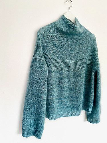 I love Espace Tricot's patterns and this one doesn't disappoint! This one is Luna, a simple top-down sweater with twisted rib texture and stockinette stitch background.