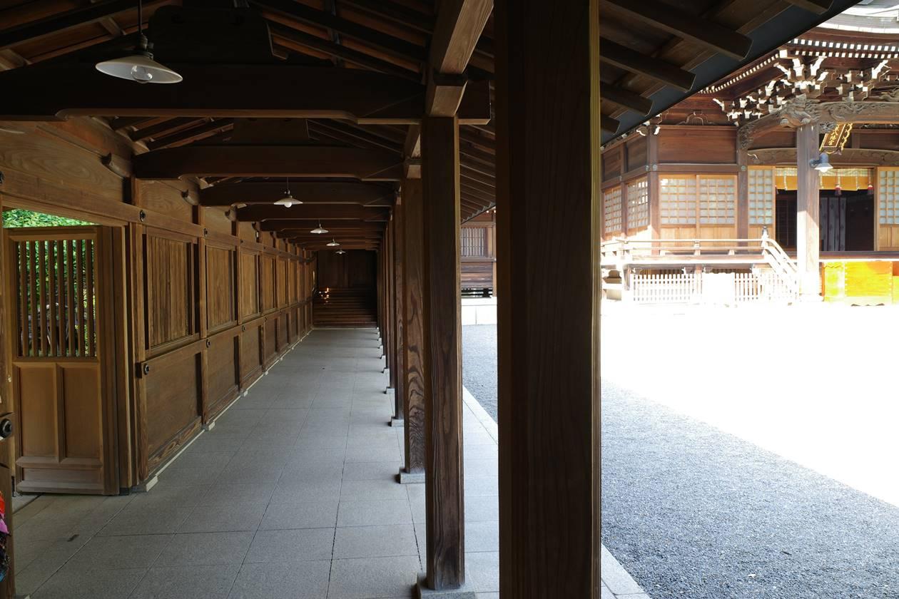 井草八幡宮・本殿の回廊