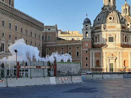 """ROMA ARCHEOLOGIA e RESTAURO ARCHITETTURA. Roma - Cantiere Metro C, gli """"sbuffi"""" di la nuvola di fumo bianco nella notte di piazza Venezia. La Repubblica / Video (09/05/2020); & Il Messaggero (07/05/2020)."""