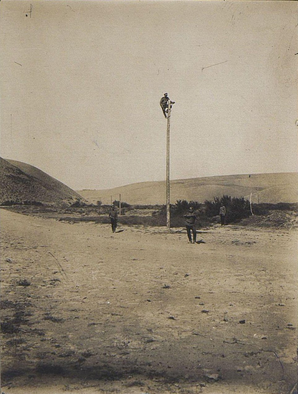 55. Солдаты ведут телеграфную линию