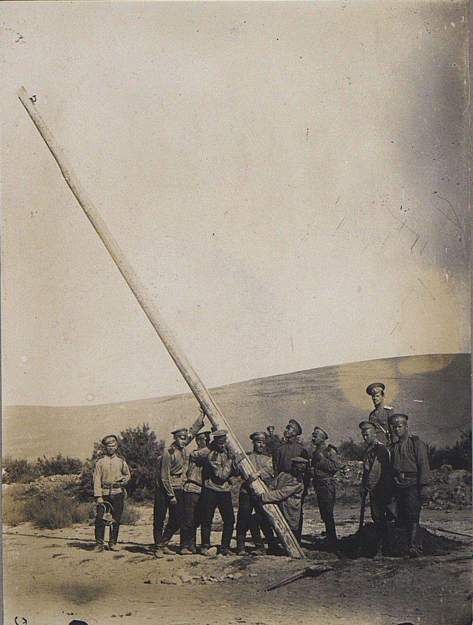 52. Группа солдат устанавливает телеграфный столб