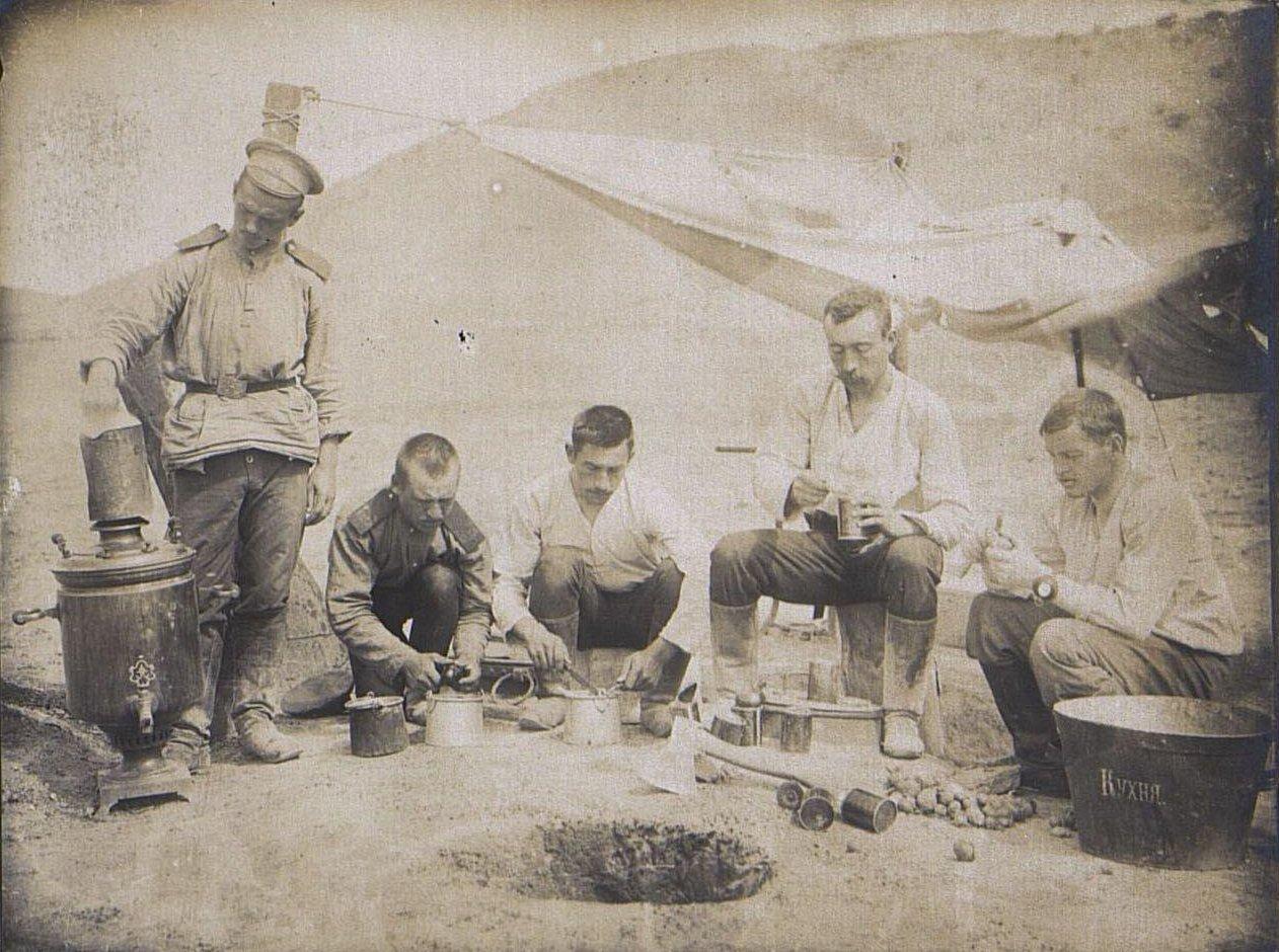 48. Солдатская походная кухня. Чистка картошки