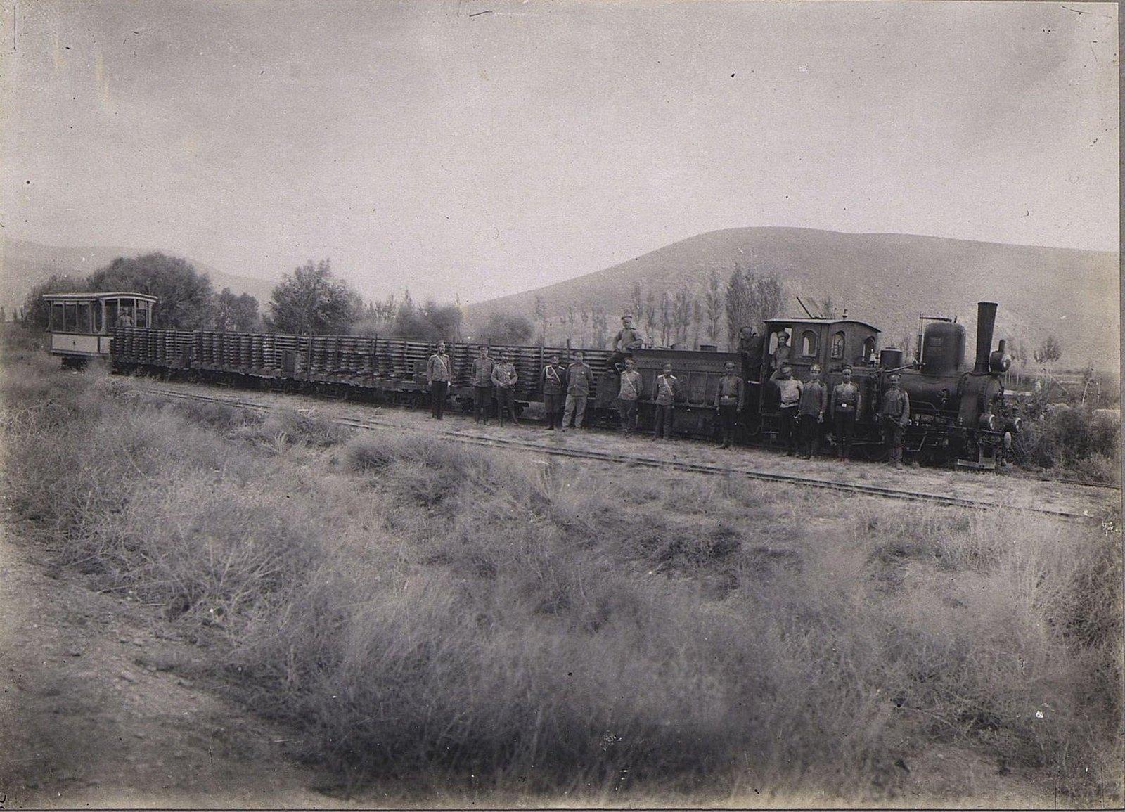46. Группа военных у паровоза и состава с лесоматериалами