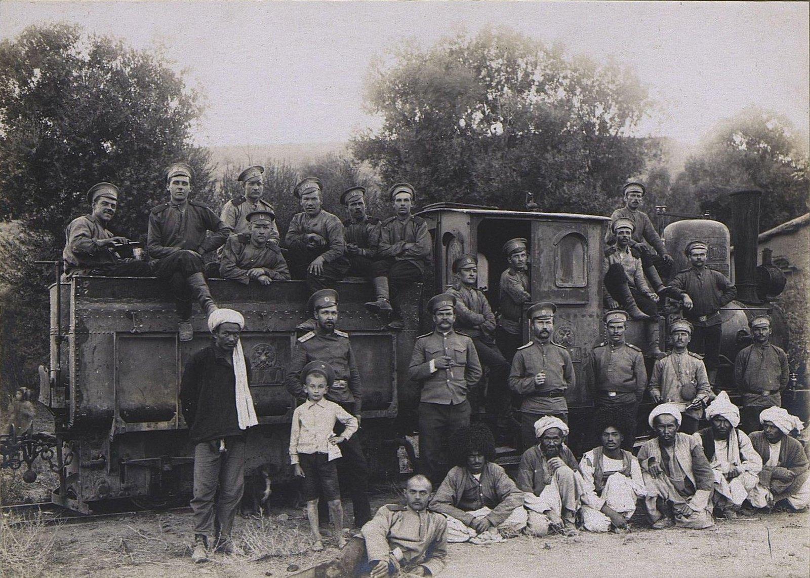 44. Группа военных и нацменов у паровоза