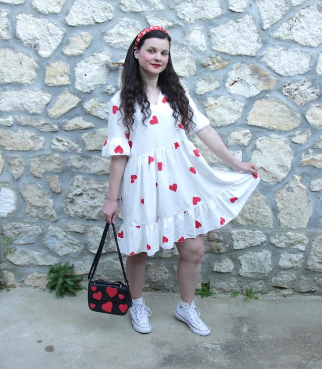 Look robe blanche babydoll à coeurs rouges et converse