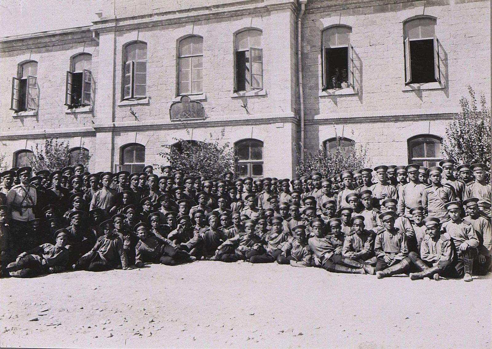 41. Группа военных у здания казармы