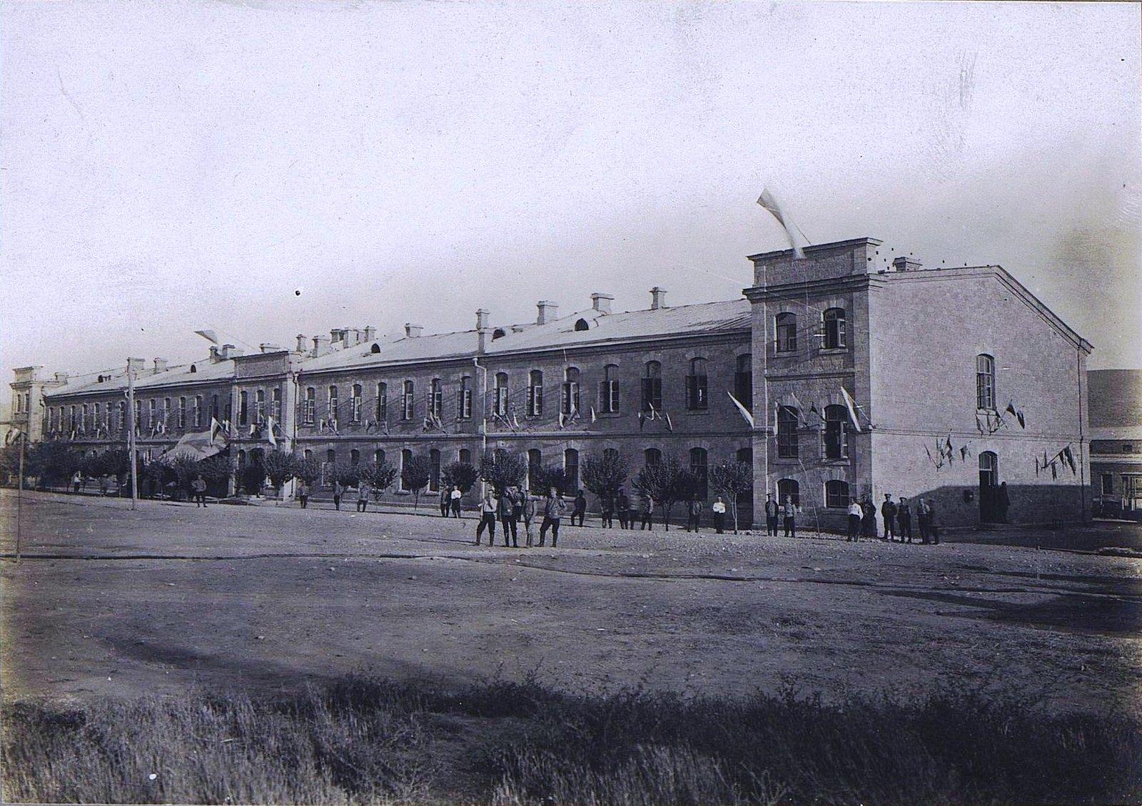 39. Двухэтажное здание с флагами