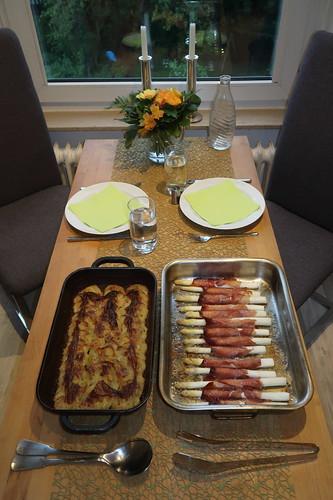 Spargel mit Schinken im Ofen zu Kartoffelgratin (Tischbild)