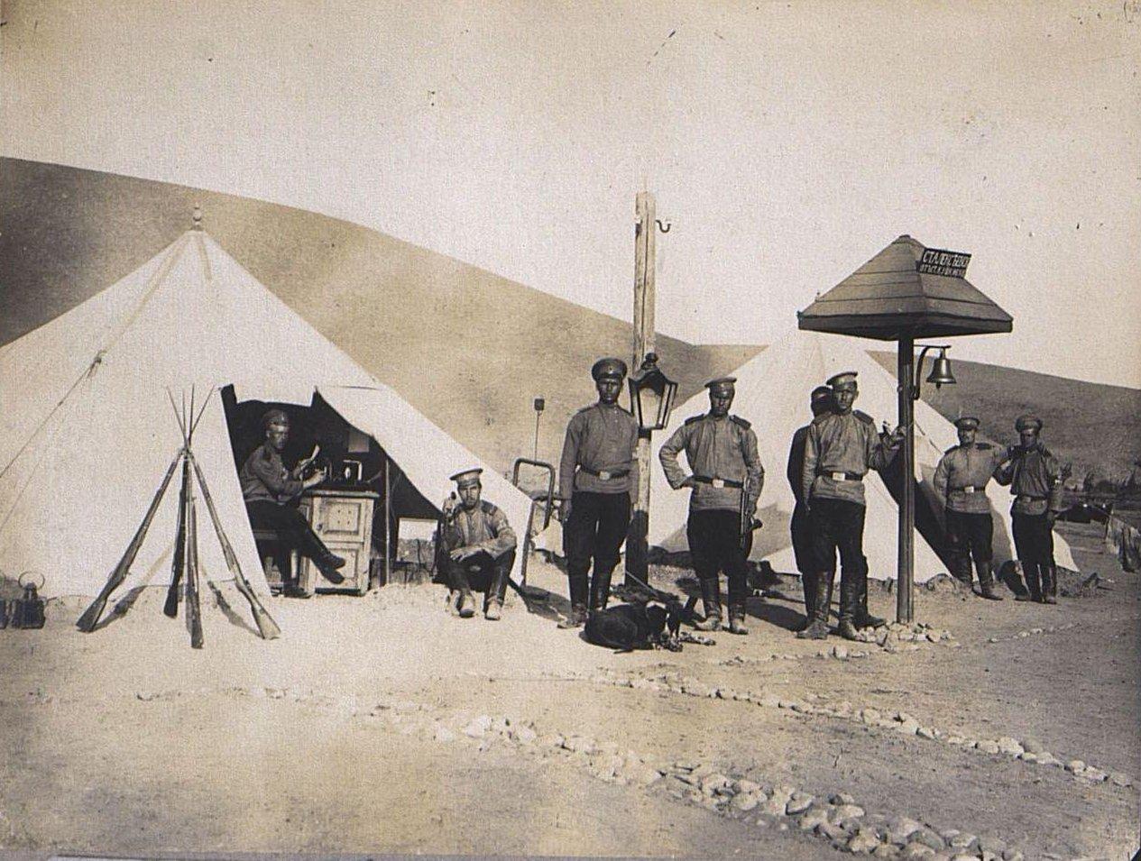 56. Группа военных у станционного колокола узкоколейки