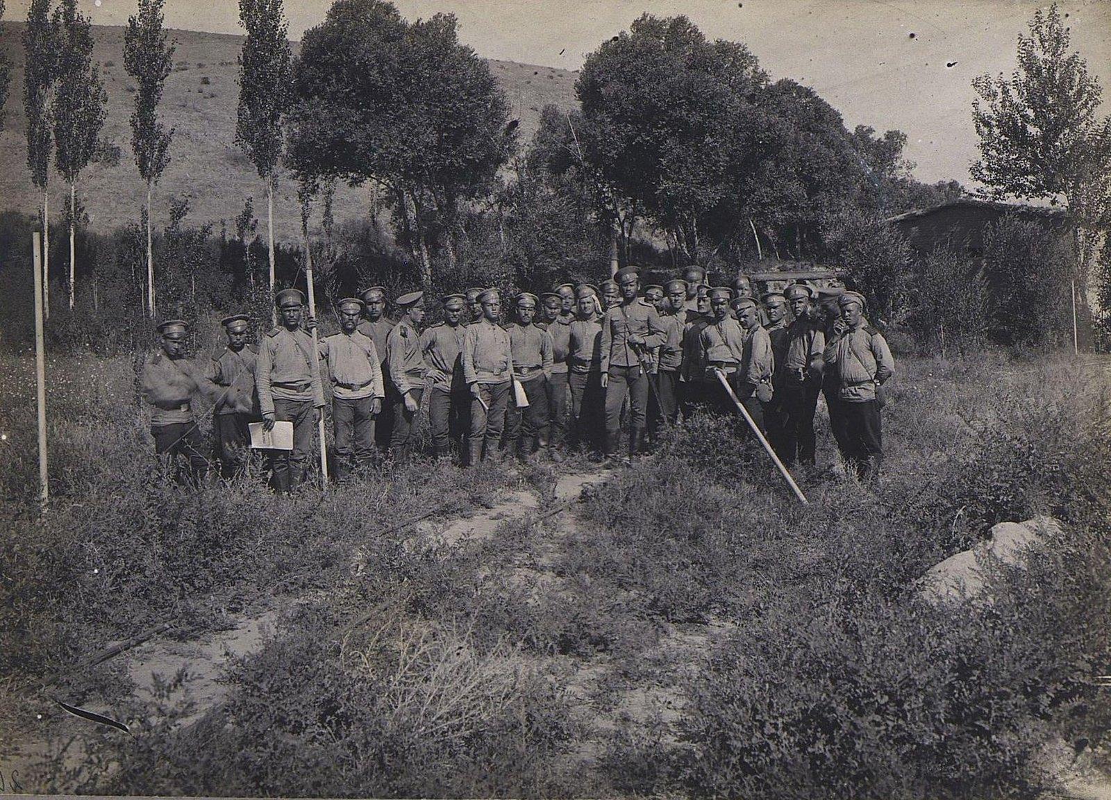 43. Группа военных на фоне деревьев