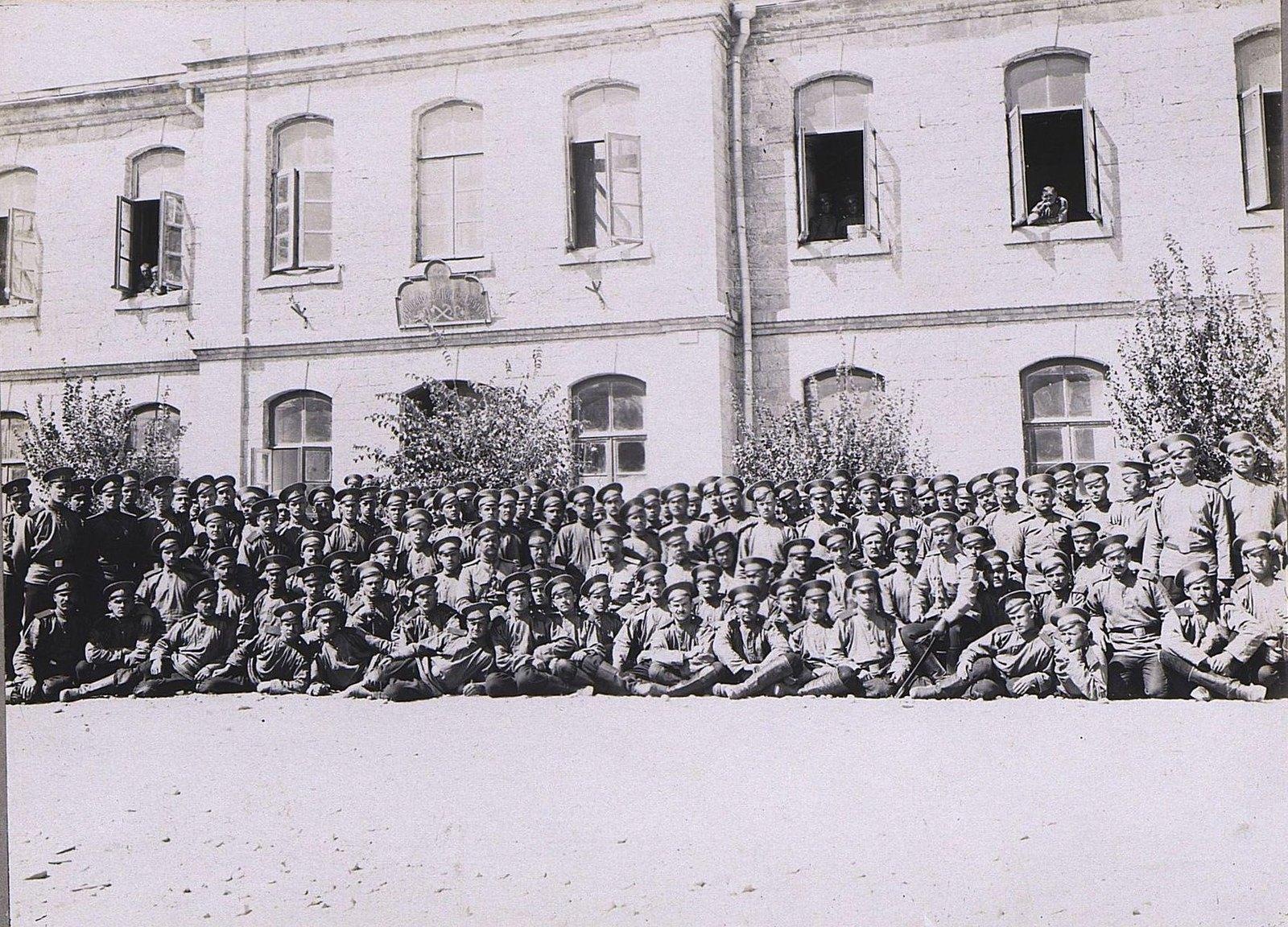 42. Группа военных у здания казармы
