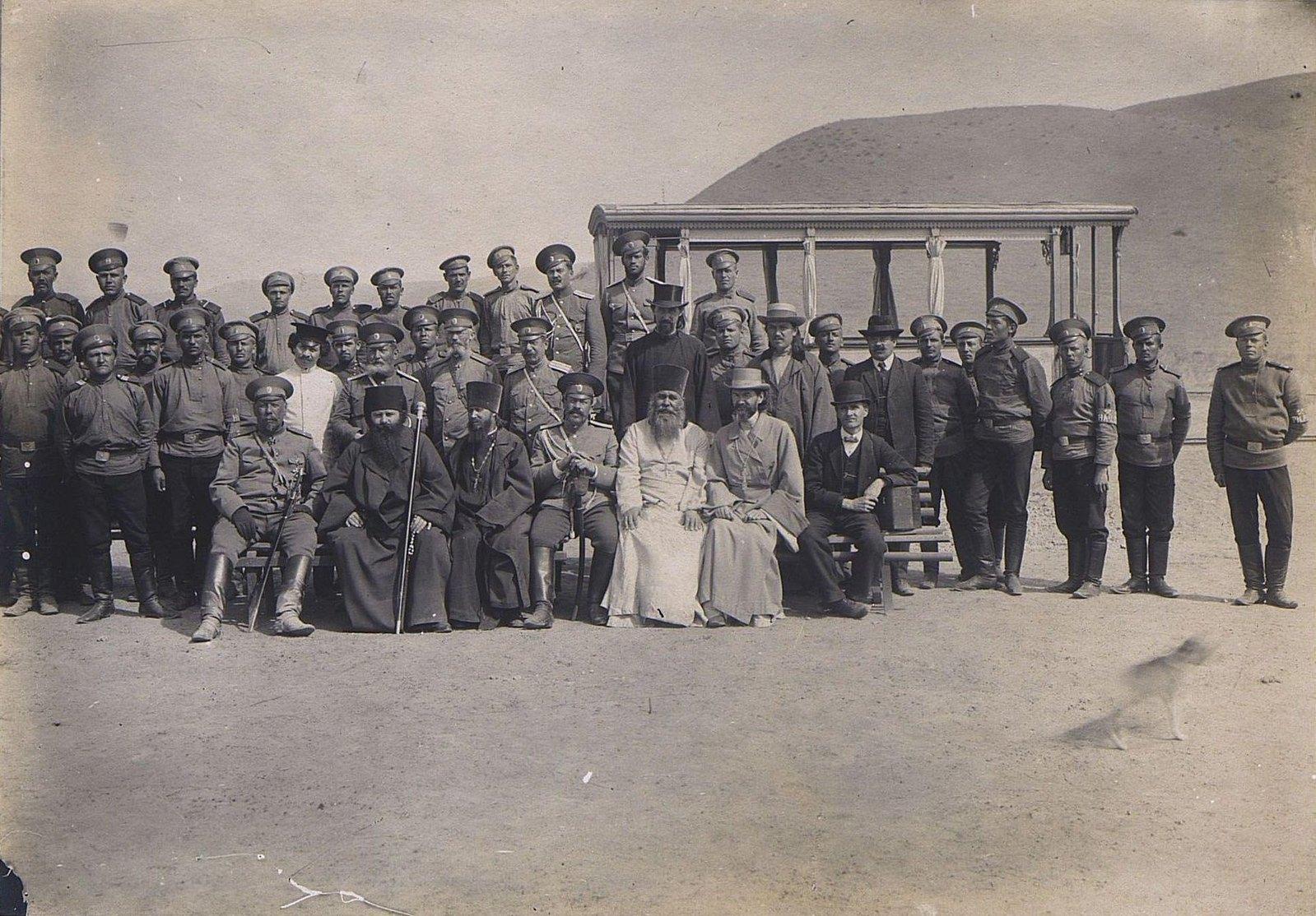 34. Группа военных, духовенства и штатских на фоне гор