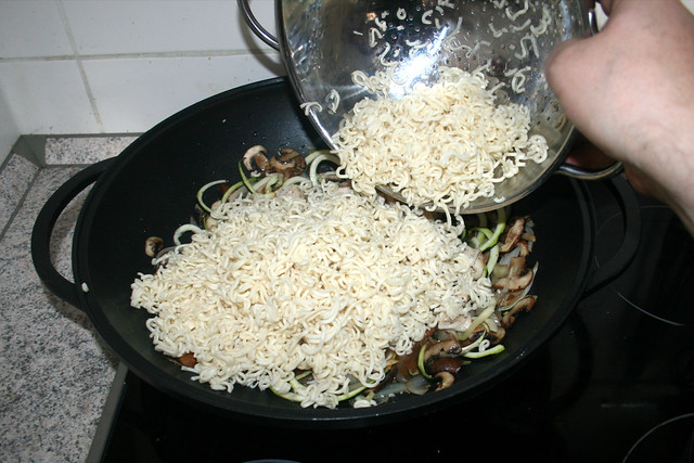 30 - Mie-Nudeln addieren / Add Mie noodles