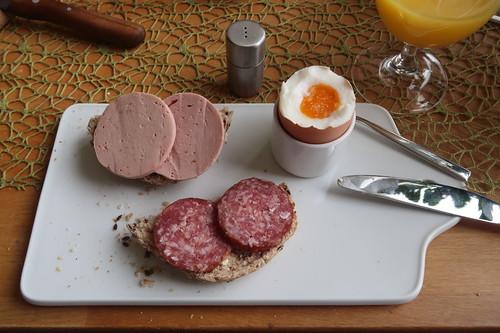 Fleischwurst und Salami auf Urkorn-Weckerl zum Frühstücksei