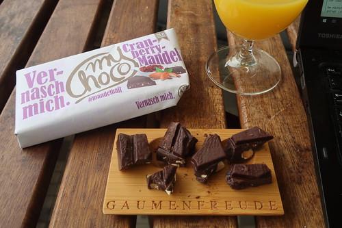 Milde Zartbitterschokolade mit Mandeln und Cranberries (von myChoco)
