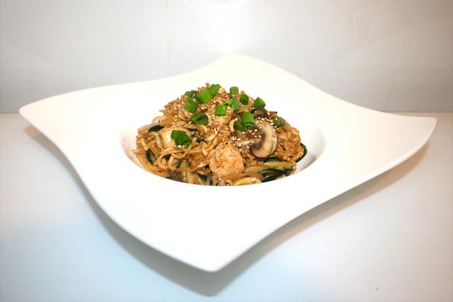 35 - Kung Pao Chicken Noodle Stir-Fry - Side view / Kung Pao Nudeln mit Hähnchen - Seitenansicht