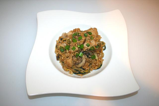 34 - Kung Pao Chicken Noodle Stir-Fry - Served / Kung Pao Nudeln mit Hähnchen - Serviert