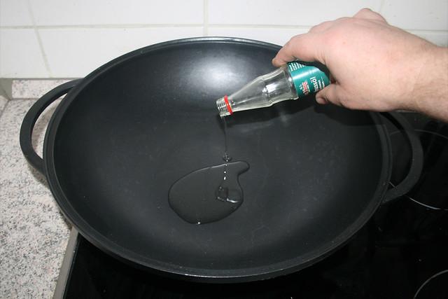 15 - Erdnussöl in Wok erhitzen / Heat peanut oil in wok