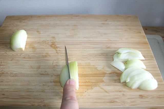 10 - Zwiebel in Spalten schneiden / Cut onion in wedges