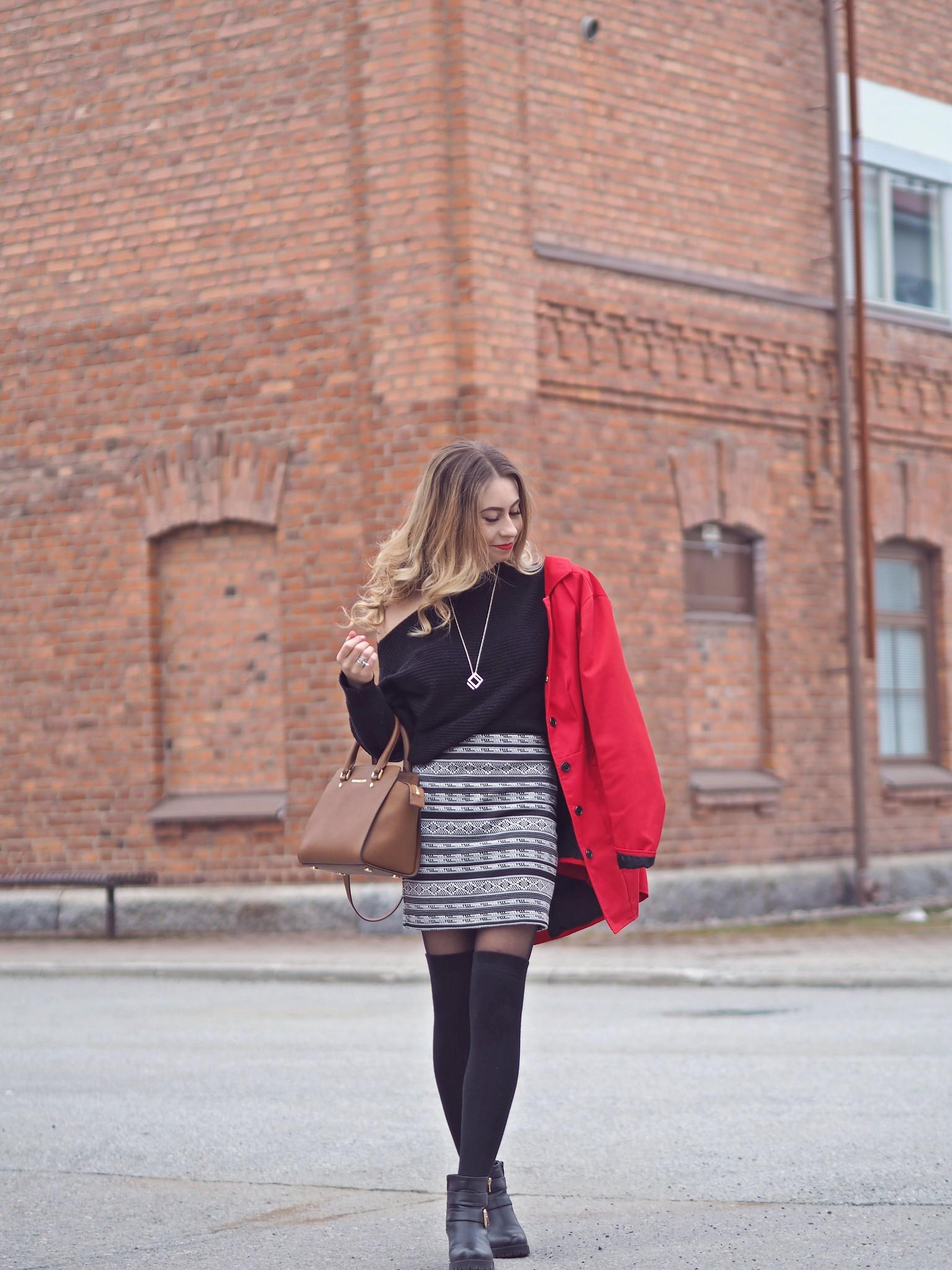 mustavalkoinen asu punaisella takilla