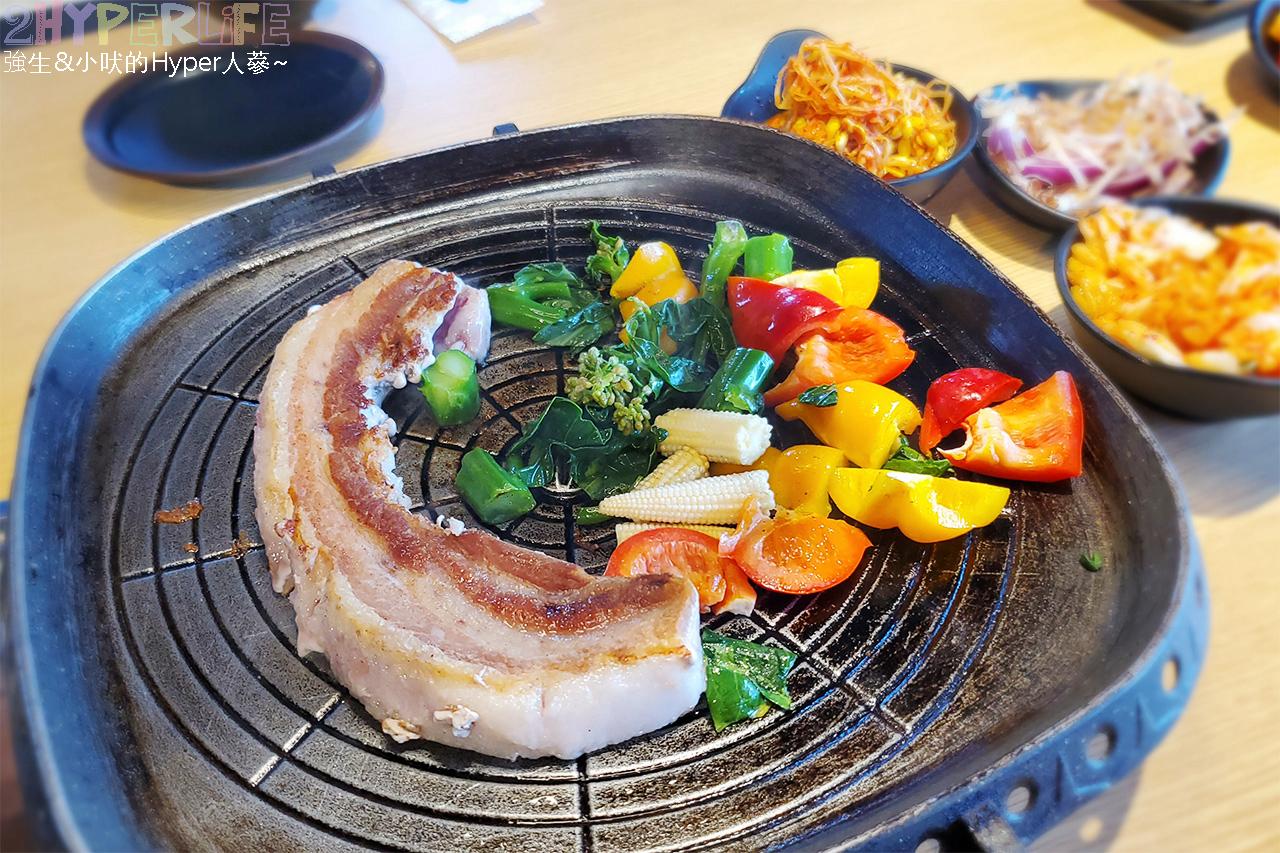 49882158976 fcaea11bcd o - 有專人代烤的韓式燒肉,烤得恰恰的極厚三層肉搭配芝麻葉生菜包肉好對味~