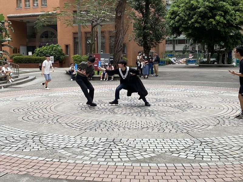 參賽者們激烈交鋒,有選手穿上學士服上陣。圖/孫亦凡攝
